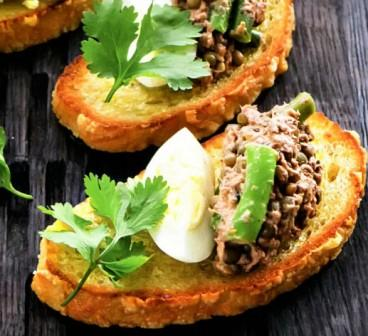 Брускетты с салатом из тунца