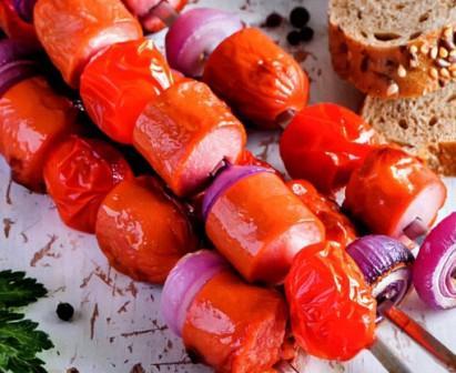 Шашлычки из сосисок с помидорами черри и горчичным соусом