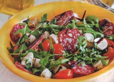 салат с колбасой, помидорами и моцареллой по Итальянски