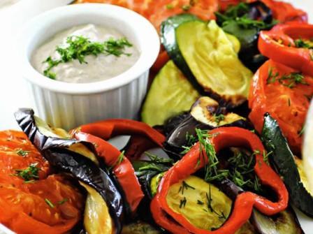 овощи на гриле под соусом из тунца