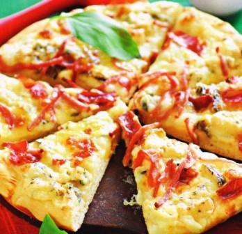 пицца с моцареллой, горгонзолой и ветчиной