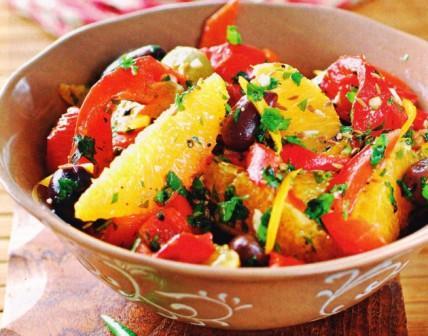 салат из пасты с запеченными на углях креветками и помидорами